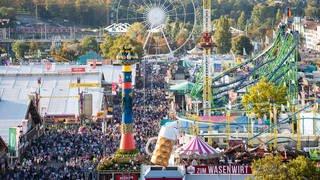Besucher tummeln sich bei schönem Wetter auf dem 173. Cannstatter Volksfest auf dem Cannstatter Wasen. (Foto: dpa Bildfunk, picture alliance/dpa | Tom Weller)