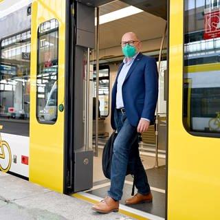 Winfried Hermann (Grüne), der Verkehrsminister von Baden-Württemberg, steht im Eingang eines Regionalzugs (Foto: dpa Bildfunk, picture alliance/dpa | Bernd Weissbrod (Symbolbild))