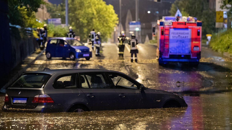 Ein Auto steht in der überfluteten Autounterführung am Österreichischen Platz in Stuttgart