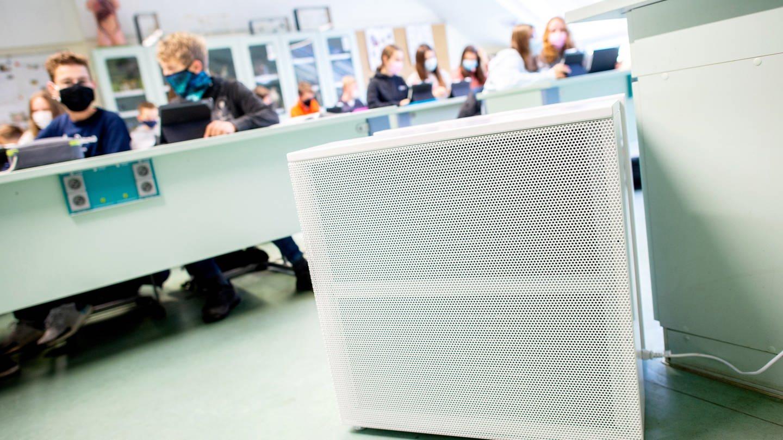 Ein Luftfiltergerät steht in einem Klassenzimmer eines Gymnasiums.