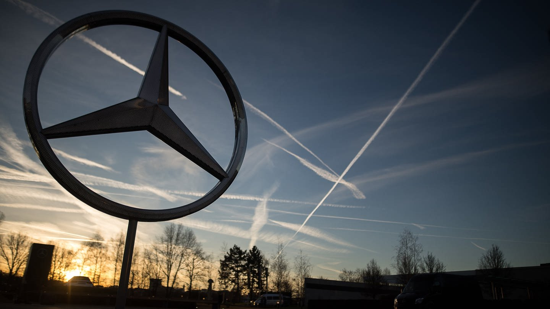 Die Sonne geht hinter einem Mercedes-Stern auf dem Mercedes-Benz-Werk auf. (Foto: dpa Bildfunk, picture alliance/Sebastian Gollnow/dpa)