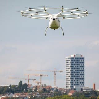 Ein Flugtaxi über Stuttgart (Foto: picture-alliance / Reportdienste, picture alliance/Christoph Schmidt/dpa)
