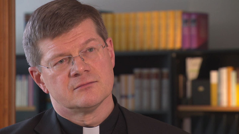 Ein Mann in Priestertracht mit Brille (Foto: SWR)