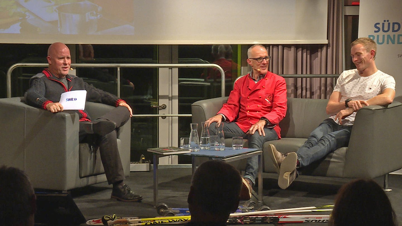 Biathlet Benedikt Doll (r.) und sein Vater Charly mit SWR-Moderator Dirk Starke (l.) beim Talk im SWR Studio Freiburg (Foto: SWR)