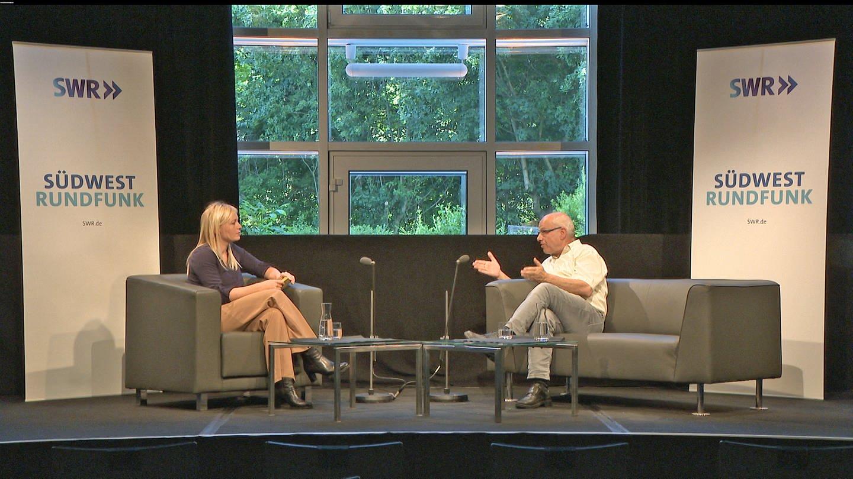 SWR Moderatorin Nadine Zeller im Gespräch mit dem Jesuitenpater Klaus Mertes zum Thema