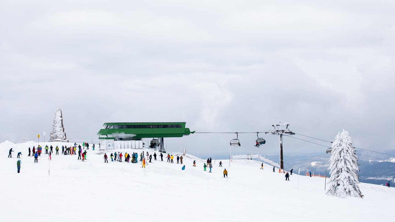 Wintersportler sind im vergangenen Jahr nahe der Bergstation der Feldbergbahn teils noch unbeschwert über die Piste gefahren (Archivbild). (Foto: picture-alliance / Reportdienste, Picture Alliance (Archivbild))