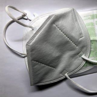 Eine eingepackte und eine ausgepackte FFP2-Maske  (Foto: SWR, Laura Könsler)