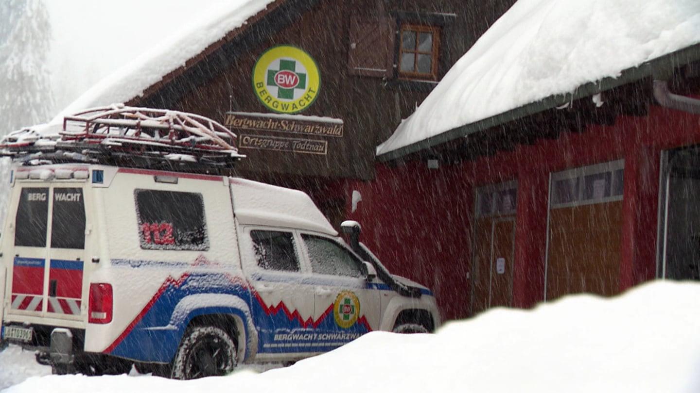 Ein Auto der Bergwacht steht vor einer Hütte am Feldberg im Schwarzwald. (Foto: SWR)