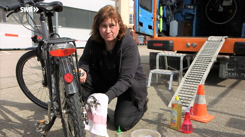 Fahrradmechanikerin Tanja Knöfel putzt Fahrradketten häufig mit einer alten Zahnbürste.