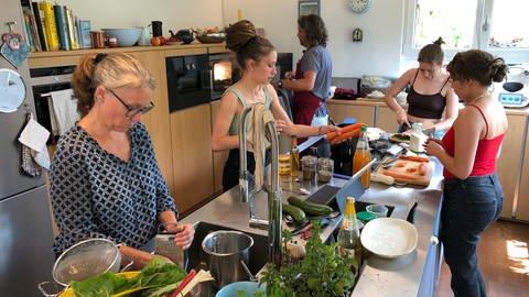 Familie Marx aus Hausen im Wiesental (Kreis Lörrach) kocht indische Gerichte mit Zutaten aus Südbaden (Foto: SWR, Jan Lehmann)