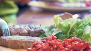 Rindersteaks mit Paprika-Erdbeer-Salsa à la Heimat (Foto: SWR, Harry Carius)
