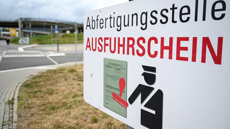 Ein Hinweisschild zur Abfertigungsstelle für Ausfuhrscheine