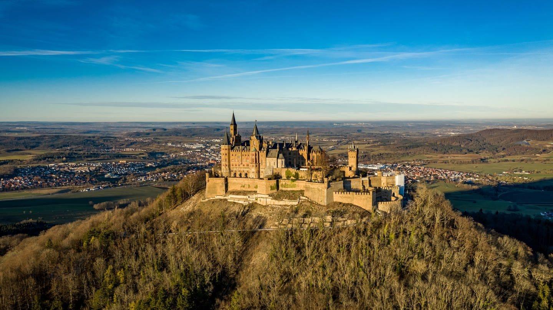 Die Burg Hohenzollern im Sonnenlicht von oben.