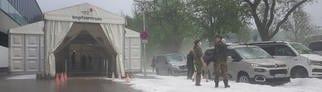 Wegen des Unwetters stand das Wasser im Impfzentrum vor der Paul-Horn-Arena. (Foto: SWR)
