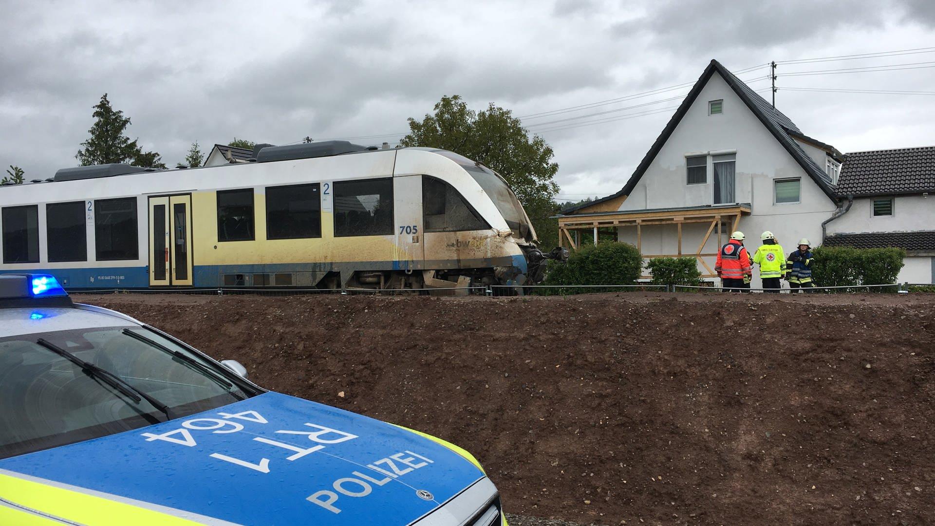 Im Tübinger Teilort Kilchberg ist ein Lastwagen mit einem Regionalexpress zusammengestoßen.
