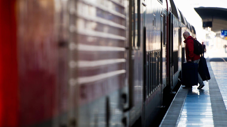 Mann steigt in Zug ein (Foto: SWR, Christoph Schmidt)