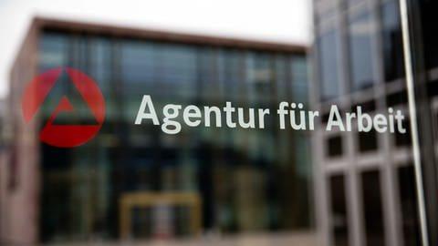 Ein Eingangsschild zu einer Agentur für Arbeit am Tag der neuen Arbeitsmarktzahlen aus Ulm und Aalen (Foto: dpa Bildfunk, picture alliance/Daniel Karmann/dpa)