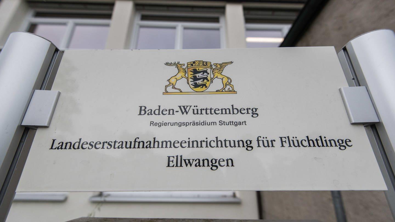 Ein Schild weist auf die Landeserstaufnahmestelle für Flüchtlinge in Ellwangen hin (Foto: dpa Bildfunk, Daniel Maurer)