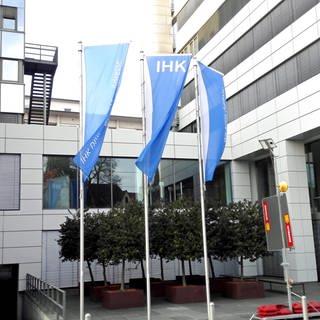 Gebäude der IHK in Ulm, in der Mitte wehen Fahnen mit dem Logo der IHK (Foto: SWR)