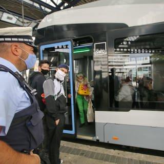 Am Ehinger Tor in Ulm kontrollieren Polizistinnen und Polizisten die Einhaltung der Maskenpflicht in Bus und Bahn. (Foto: z-media, Ralf Zwiebler)