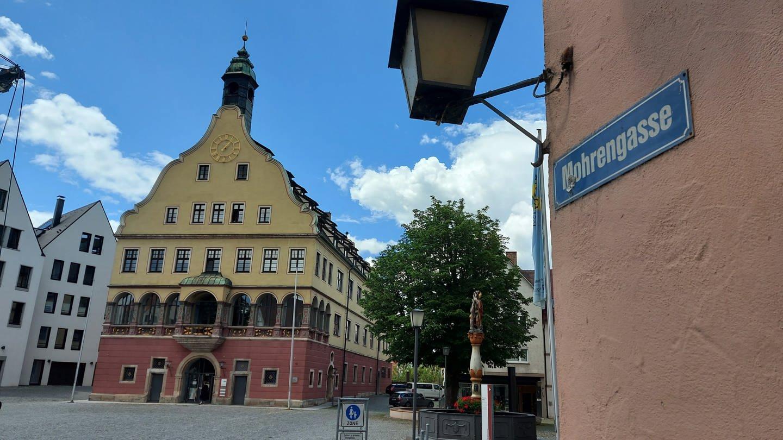 Schild Mohrengasse im Hintergrund Schwörhaus
