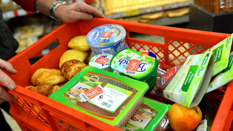 Verschiedene Lebensmittel liegen in einer Kiste