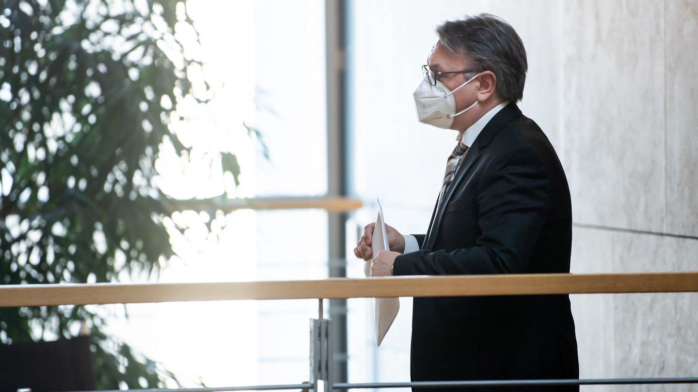 Georg Nüßlein (CSU) geht über einen Flur zu seinem Bundestagsbüro, während dieses durchsucht wird. Der Bundestag hatte am 25. Februar die Immunität des Neu-Ulmer CSU-Abgeordneten aufgehoben und damit den Vollzug gerichtlicher Durchsuchungs- und Beschlagnahmebeschlüsse genehmigt (Foto: dpa Bildfunk, picture alliance/dpa/Bernd von Jutrczenka)