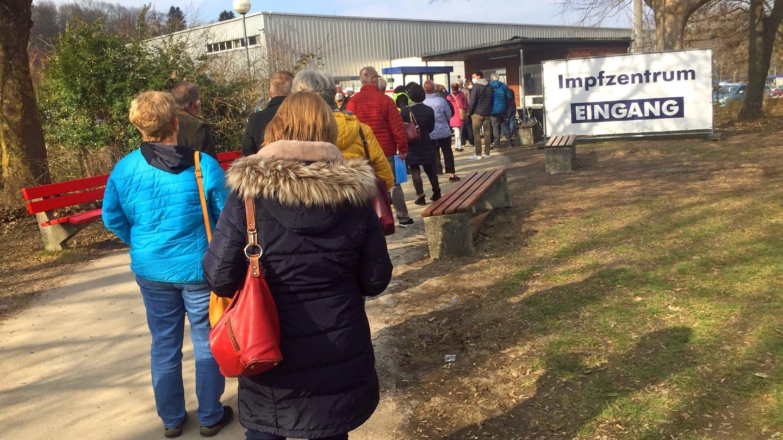 Menschenschlange vor dem Impfzentrum in Ulm (Foto: SWR, Petra Volz)