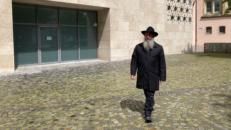 Rabbiner Shneur Trebnik vor der Synagoge in Ulm (Foto: SWR, Monika Götz)
