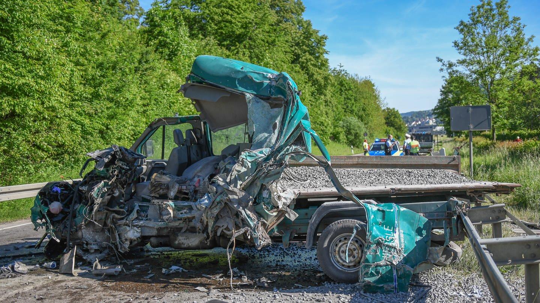 Ein 20-jähriger Fahrer kam bei dem Unfall auf der B19 bei Oberkochen am Dienstagmorgen ums Leben.