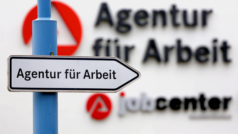 Ein Schild weist den Weg zur Agentur für Arbeit und das Jobcenter.