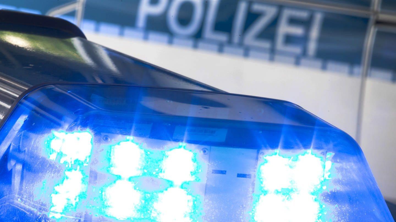 Ein Blaulicht auf einem Polizeiauto