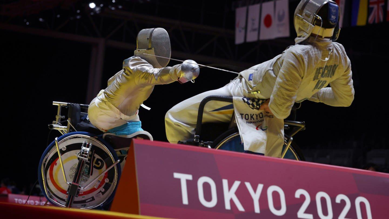 Fechter im Rollstuhl auf der Planche bei den Paralympics in Tokio