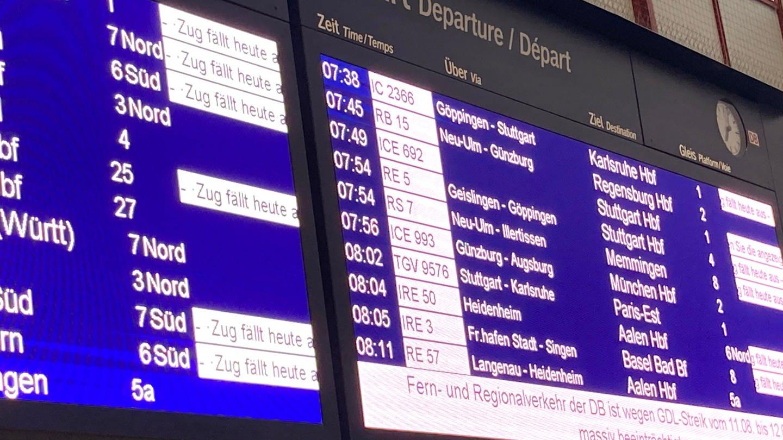 Anzeigetafel für Zugverbindungen im Hauptbahnhof Ulm