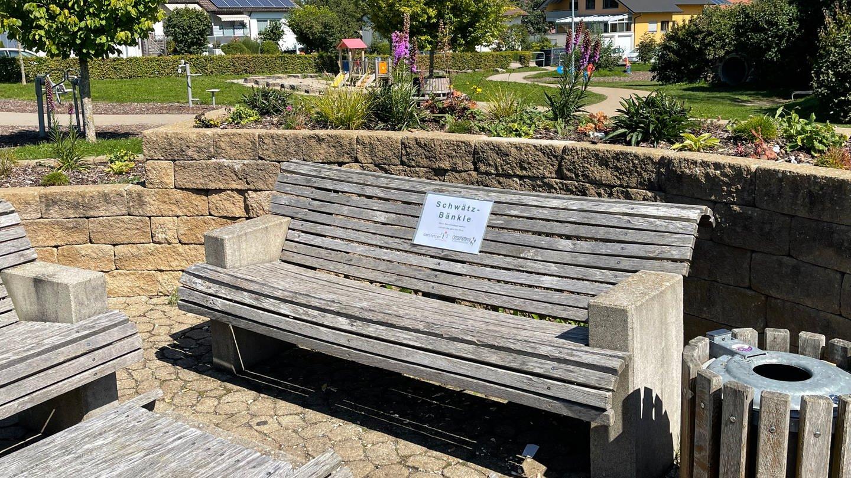 Sitzbänke in Gerstetten, die zu sogenannten Schwätzbänkle umfunktioniert werden und einsame Menschen zum Gespräch einladen sollen.