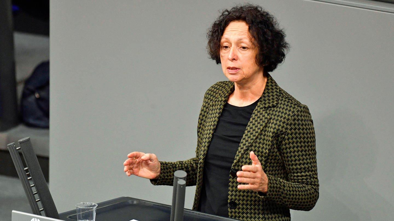 Margit Stumpp an einem Rednerpult im Bundestag
