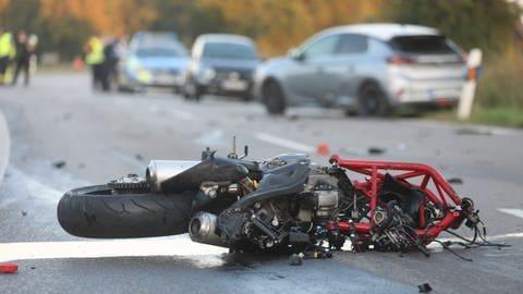 Ein kaputtes Motorrad liegt nach einem Unfall in Neu-Ulm auf der Straße, der Fahrer starb (Foto: Ralf Zwiebler/z-media)