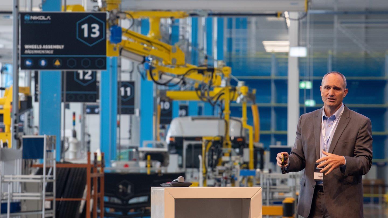 Mark Russel, CEO Nikola, steht vor einer Produktionslinie.