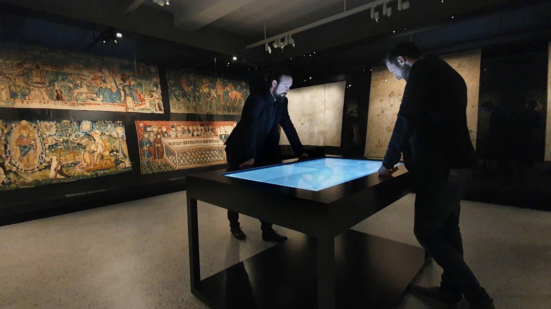 Neue Bildmedien, wie Bildschirme und Touchscreens, als moderne Museumsausstattung