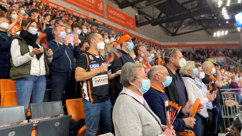 So haben 5.300 maskierte Fans ein denkwürdiges Heimspiel erlebt
