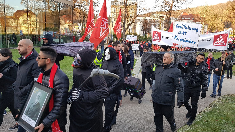 Beschäftigte demonstrieren mit Sarg und als Totengräber verkleidet (Foto: SWR, Walter Notz)