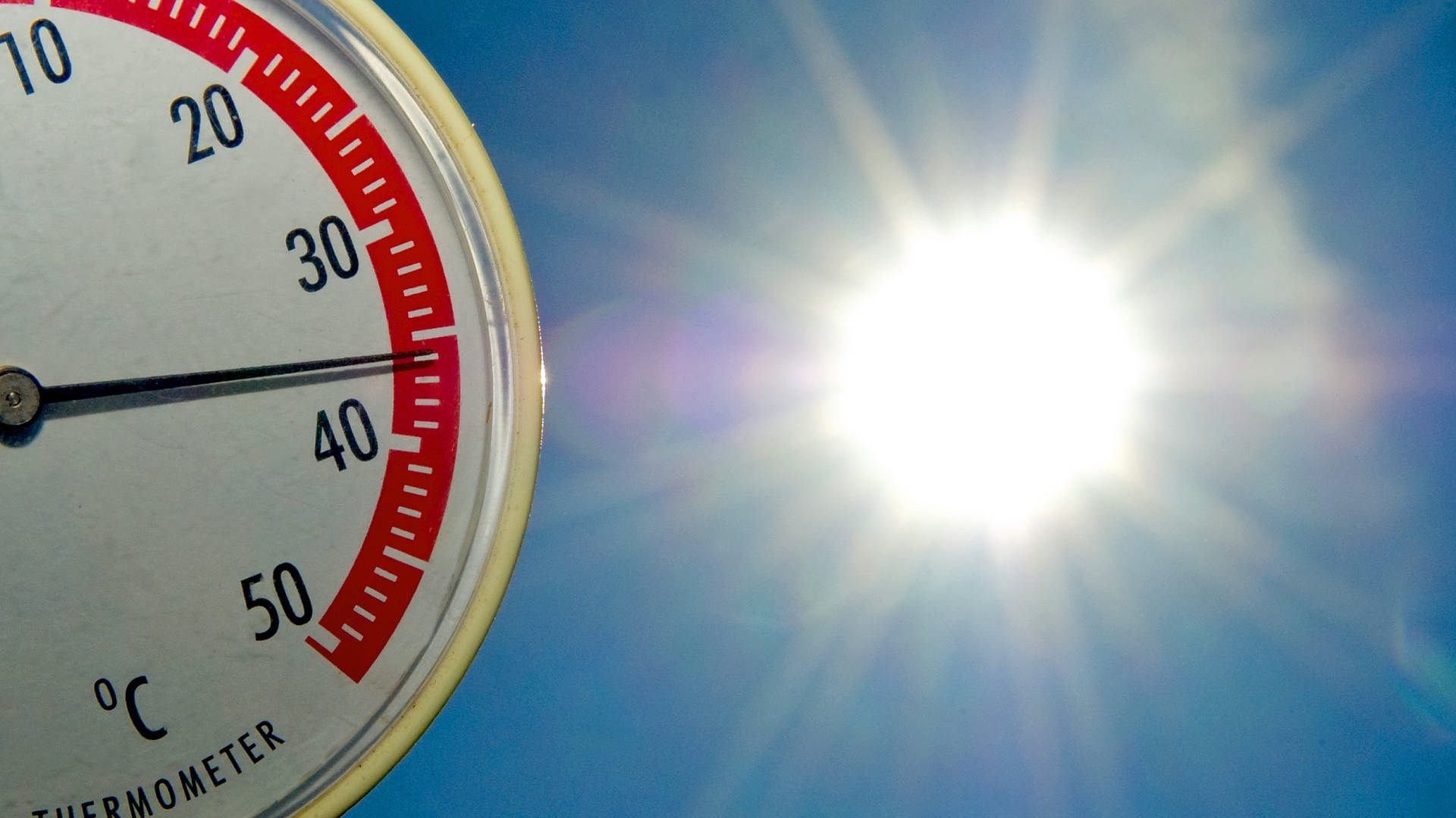 Ein Thermometer zeigt fast 36 Grad Celsius an.