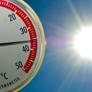 Ein Thermometer zeigt fast 36 Grad Celsius an. (Foto: dpa Bildfunk, Picture Alliance)
