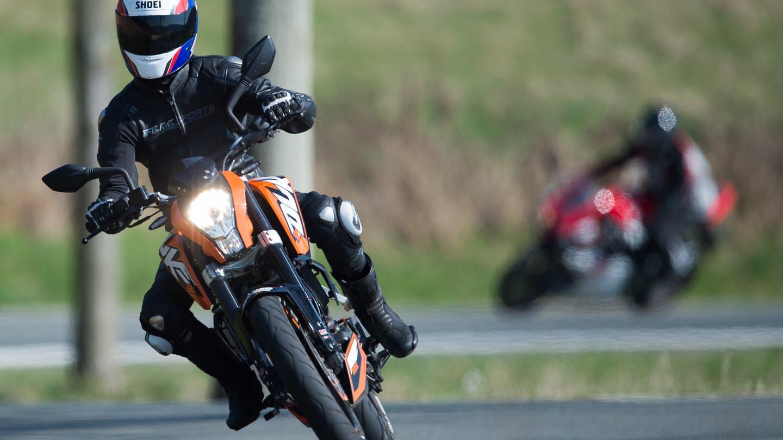 Zwei Motorräder fahren in Schräglage auf einer kurvigen Strecke (Foto: dpa Bildfunk, picture alliance/ dpa/ Swen Pförtner)