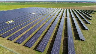 Ein Solarpark steht auf einer Freifläche. Die Solaranlagen in Deutschland produzieren aktuell Rekordmengen an Strom. (Foto: dpa Bildfunk, picture alliance/dpa/dpa-Zentralbild   Patrick Pleul)