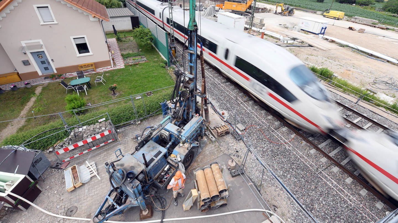 Ein ICE fährt an der Tunnel-Baustelle bei Rastatt vorbei.