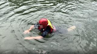 Mit einem Selbsrversuch demonstrieren die DLRG die Gefahren bim Schwimmen im Rhein. (Foto: SWR)