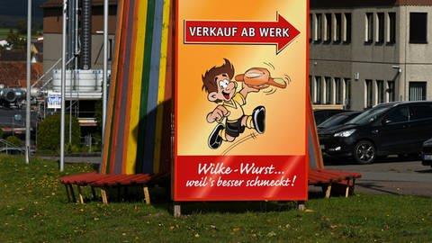 Schild am Produktionsgebäude von Wilke-Wurstwaren (Foto: dpa Bildfunk, Picture Alliance)