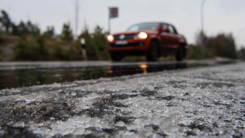 Glatteis auf einer Straße (Foto: dpa Bildfunk, picture alliance/Nicolas Armer/dpa)