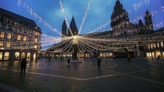 Domplatz in Mainz, Lichterketten, aber kein Weihnachtsmarkt (Foto: dpa Bildfunk, Picture Alliance)